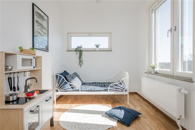 Det mindre sovrummet har garderob och plats för enkelsäng
