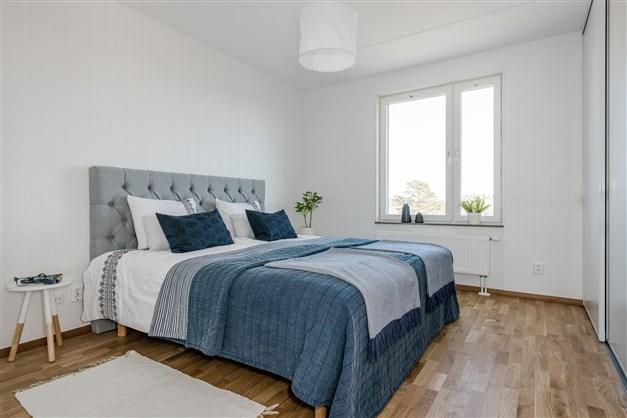 Stora sovrummet med plats för dubbelsäng och mycket garderobsutrymme