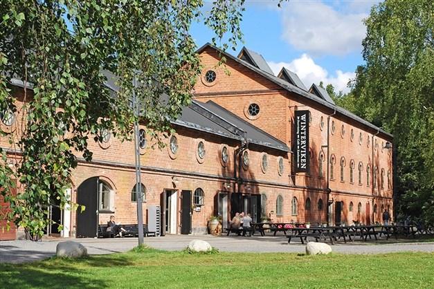 I närheten ligger badmöjligheter i Mälaren och Winterviken restaurang- och festvåning som drivs av kändiskocken Markus Aujalay.