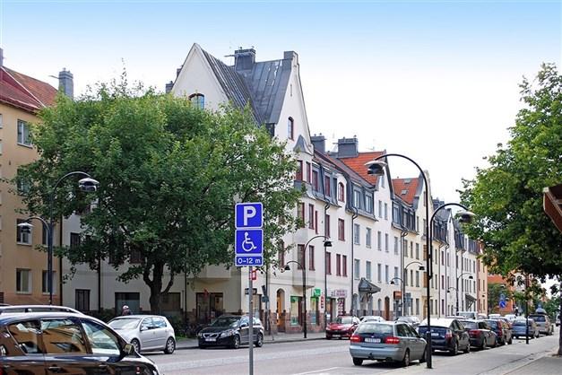 Hägerstensvägen är huvudgatan genom Aspudden.