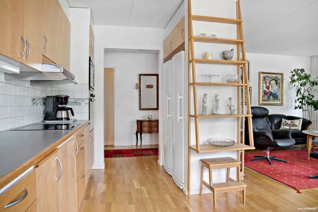 Kök och vardagsrum i relativt öppen planlösning