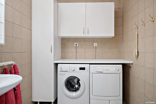 I badrummet har du din egen tvättavdelning och gott om skåp för förvaring