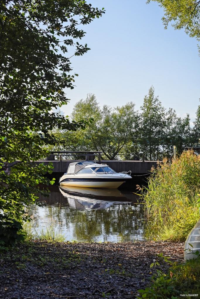 Båt invid brygga