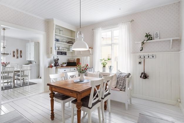 Köket är ljust och trivsamt med en vacker vy mot trädgården