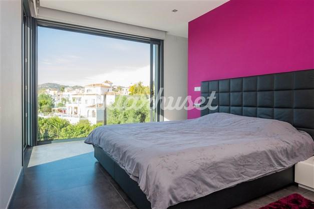 Villa 1 - Sovrum 1 med badrum en-suite och walkin closet