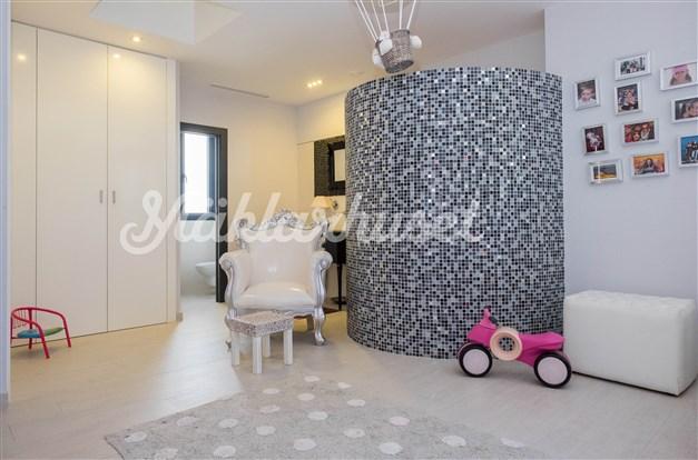 Villa 3 - sovrum 1 med walking closet och badrum en-suite
