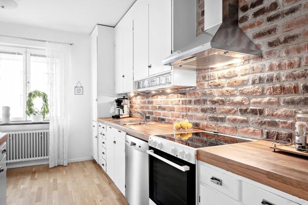 Snyggt kök där man bevarat stommarna och skåpsluckorna, allt är målat och vidgjort. Praktisk skåp som rymmer mycket. Tegelt är framtaget och där finns träbänkskiva, diskmaskin, spis, fläkt samt kyl/frys. Skafferi och städskåp finner vi också.