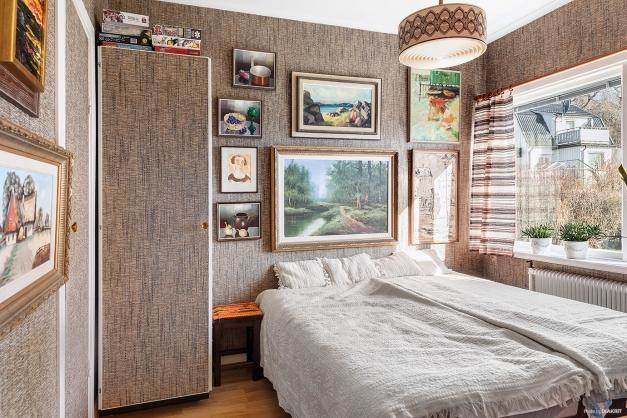 Stora sovrummet med plats för dubbelsäng.