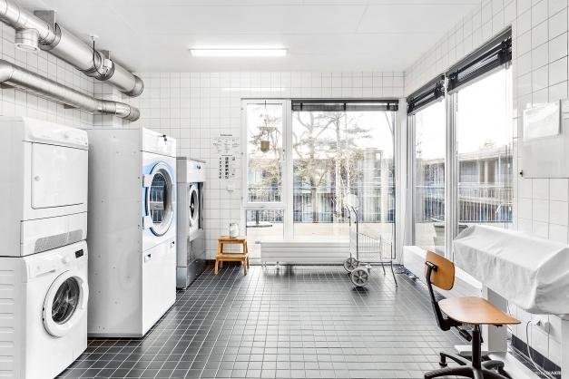 Föreningens gemensamma tvättstuga med stort torkrum