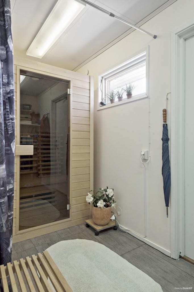 Dessutom dusch och bastu. Praktiskt placerade vid dörr till baksidan och SPA-badet.