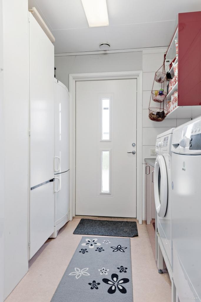 Tvättstuga kombinerat med groventré. Här finns tvättmaskin, torktumlare, värmepanna mm