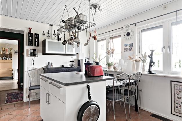 Matplats i köket. Trivsamt med stort fönsterparti.