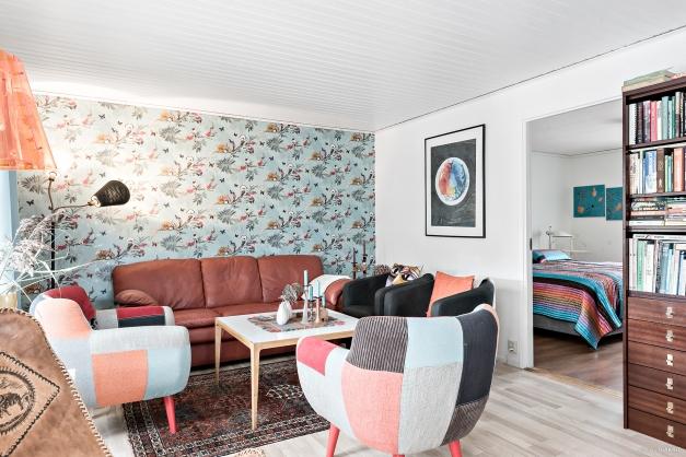 Vardagsrummet ligger längst ner i bostaden, intill ett av sovrummen. Härifrån nås även uterummet.