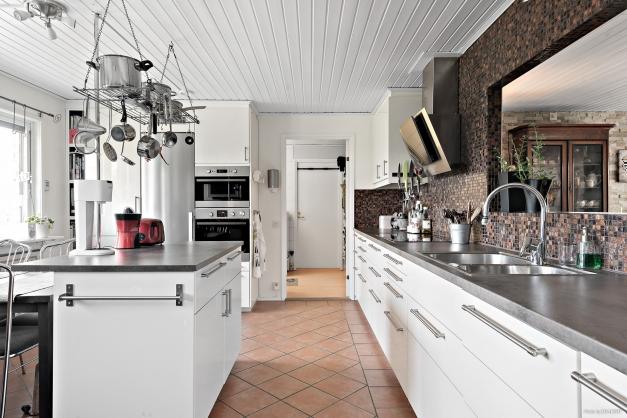 Vita luckor, mosaik som ger liv åt köket, klinkergolv.