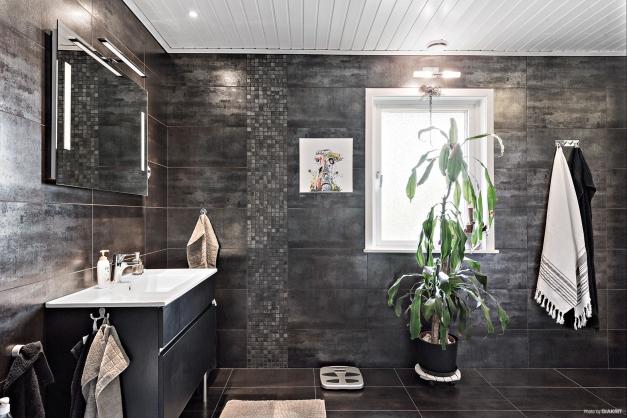 Badrummet. Ett påkostad och snyggt badrum med fina materialval och fullt utrustat. Kakel och klinkers, golvvärme, handfat med kommod, dusch, bidé.