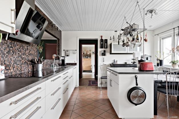 Köket är väl tilltaget i storlek och har fina materialval och ett personligt och snyggt utseende. Gott om förvaring och arbetsytor. Ett härligt kök att laga mat och umgås i.