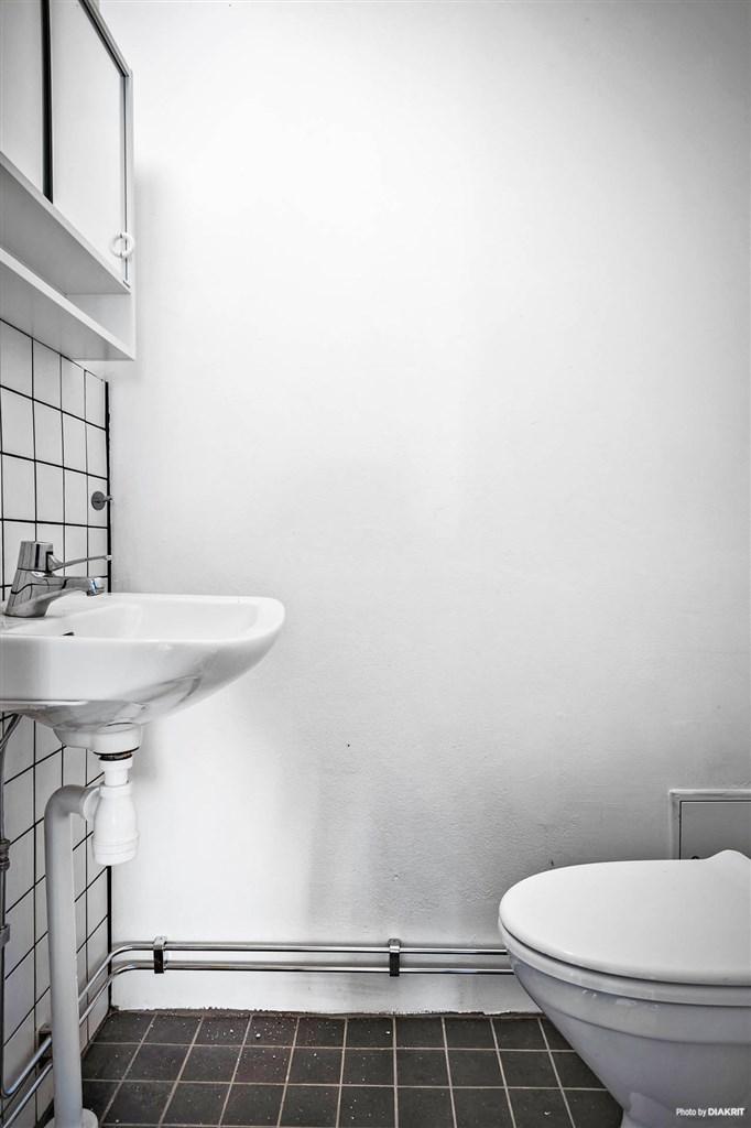 Nyrenoverad toalett i en av lägenheterna.
