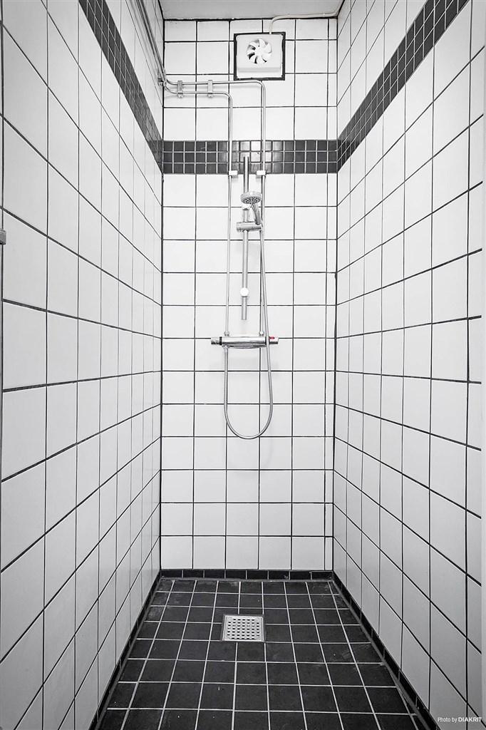 Nyrenoverat duschrum i en av lägenheterna.
