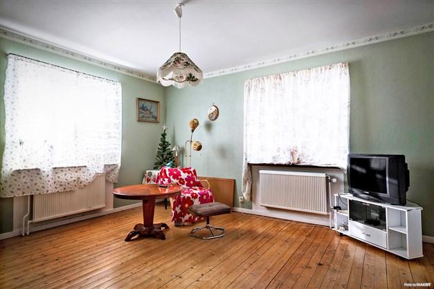 Exempel på vardagsrum med trägolv.