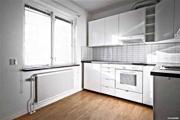 Nyrenoverat kök i en av lägenheterna.