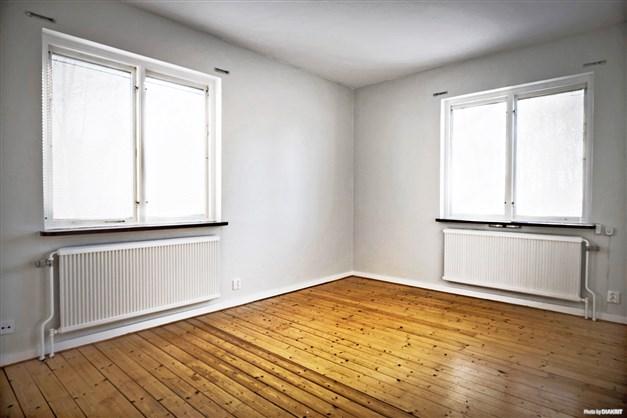 Exempel på sovrum med trägolv.