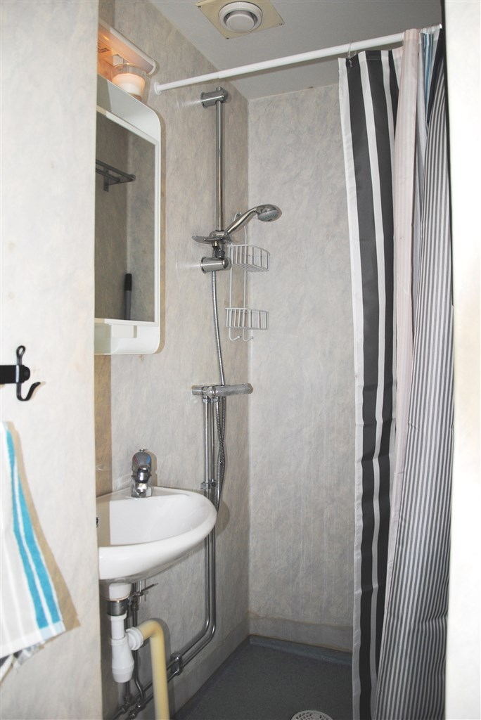 Badrum med våtrumsmatta och -tapet