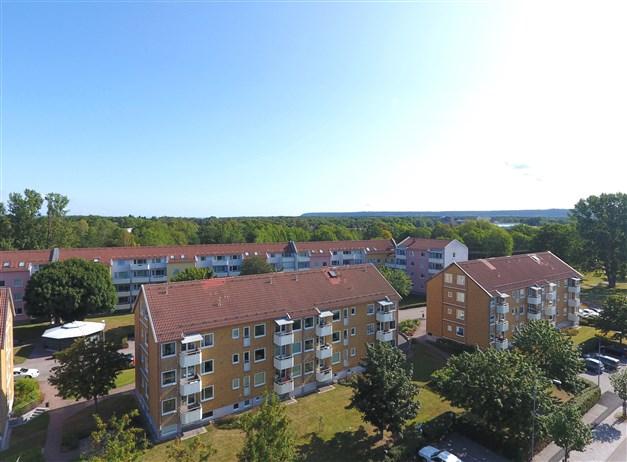 Översiktsbild/fasadbild med franska balkongen i söderläge