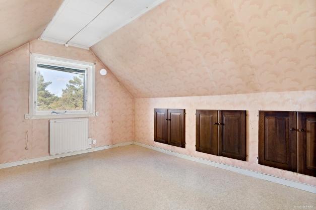 Sovrum 2 med förvaring i vägg