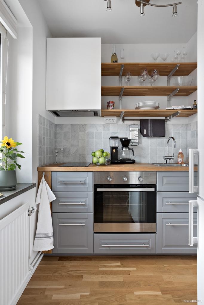 Smakfullt kök i modern tappning med öppna hyllsystem