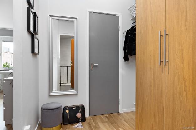 Välplanerad hall med anslutning till badrum och allrum