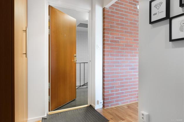 Välplanerad hall med goda förvaringsmöjligheter i hatthylla och platsbyggda garderober