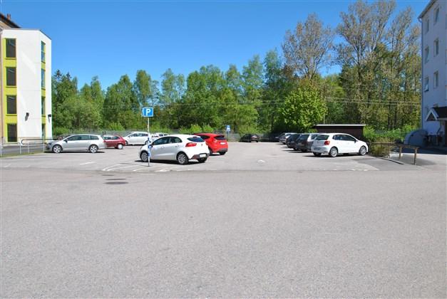 Avgiftsfri parkeringsplats, ca 100 m från lägenheten