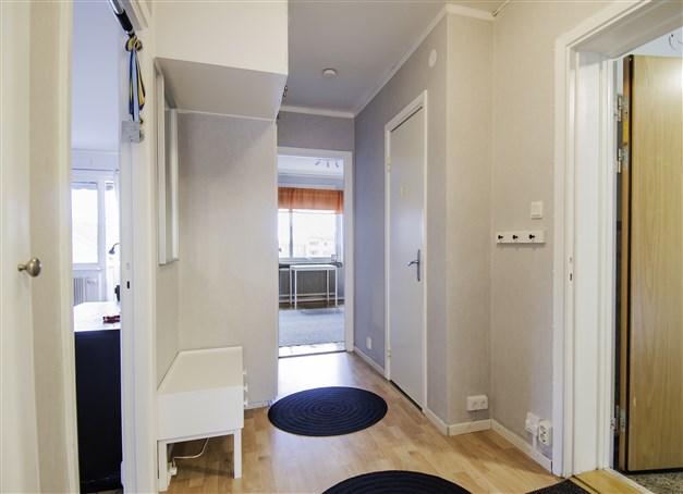 Hallen med intilliggande wc/duschrum och mot sovrum 2
