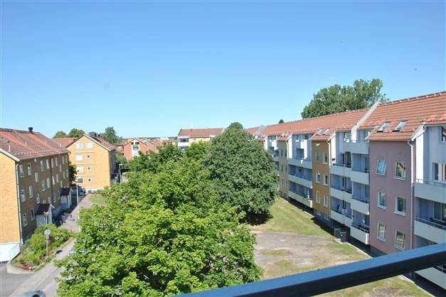 Utsikt från balkongen mot innergården och närområdet