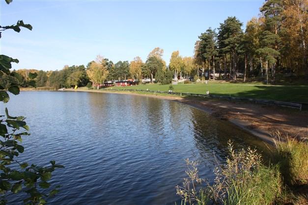 """Bredsand - eller """"Bresse"""" som Enköpingsborna säger har fin badplats, strandcafé- & restaurang, båtuthyrning och  hopptorn."""