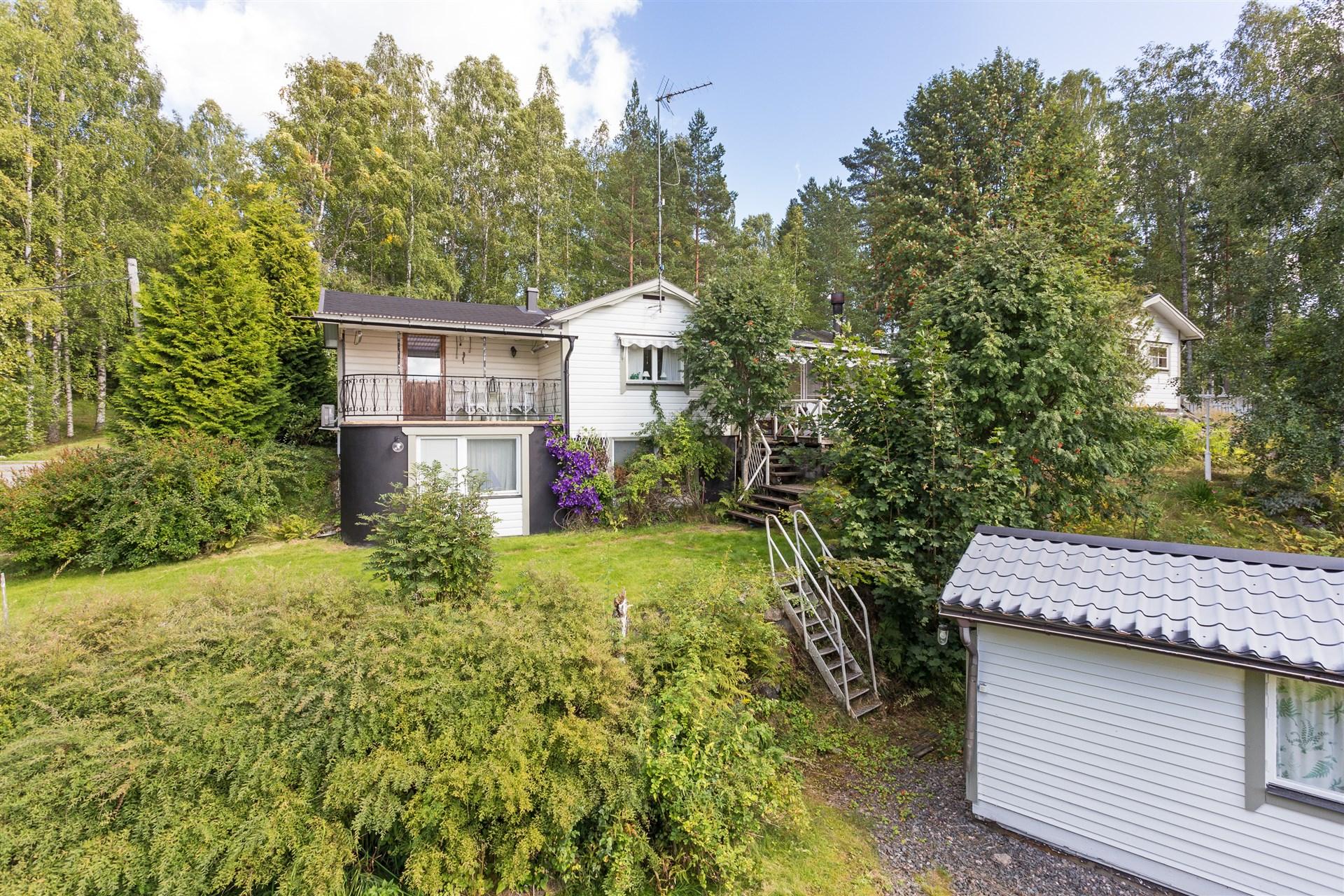 Trevligt hus för permanent eller fritidsboende. Högt läge med utsikt ner över Sörsjön. Garage och gäststuga.Trevlig tomt i sutteräng med blommor och buskar.