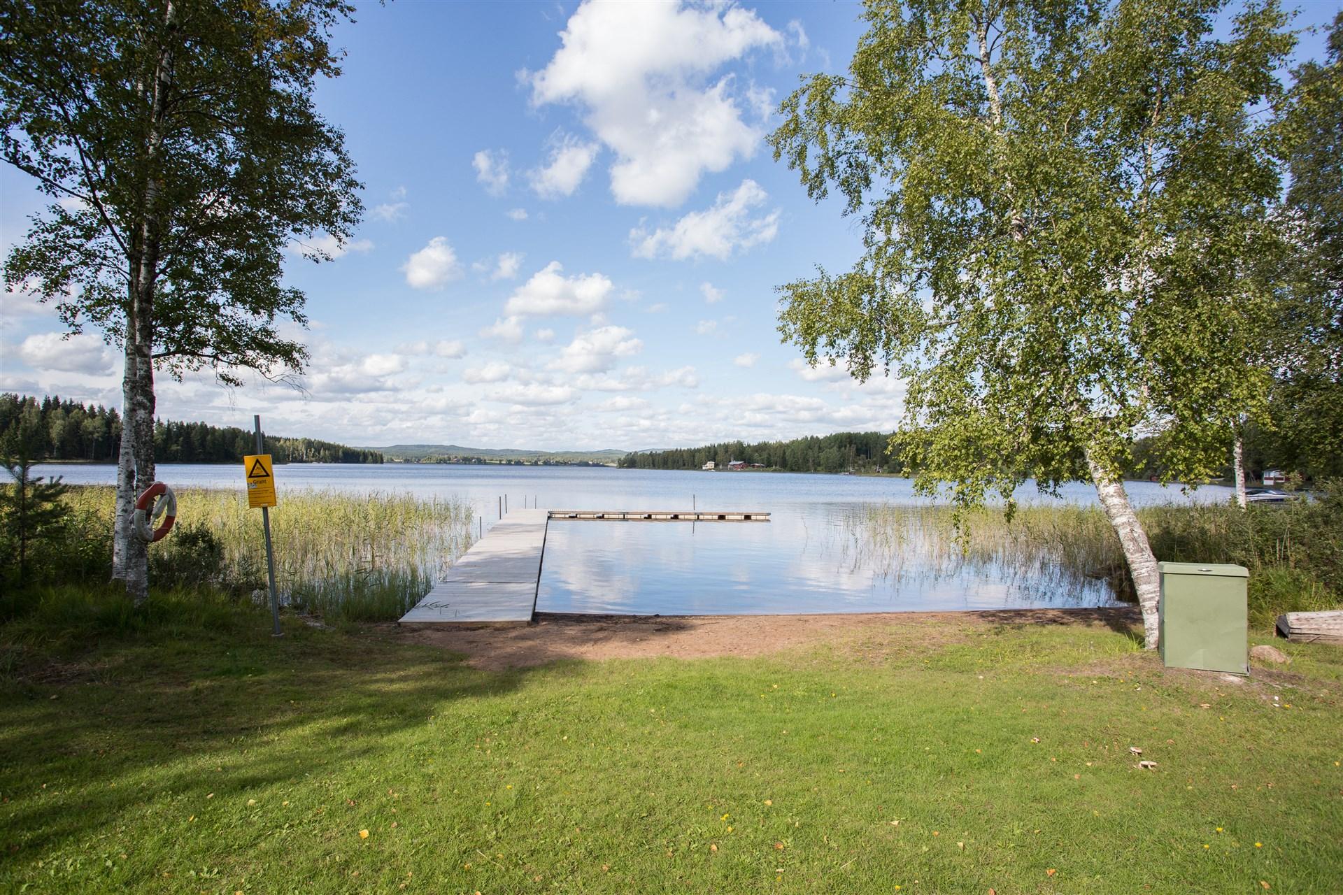 I närheten finns en större allmän badplats med fin sandstrand och brygga.