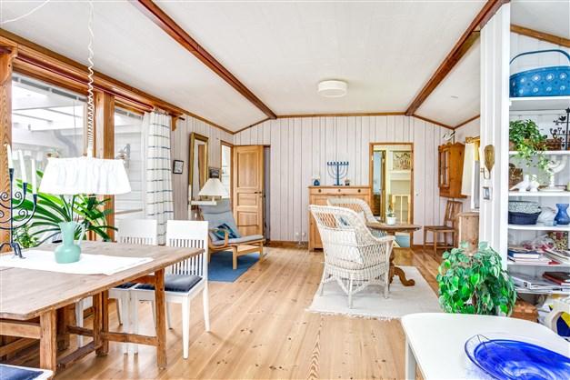 I vardagsrummet finns möjlighet att ha flera möblemang.