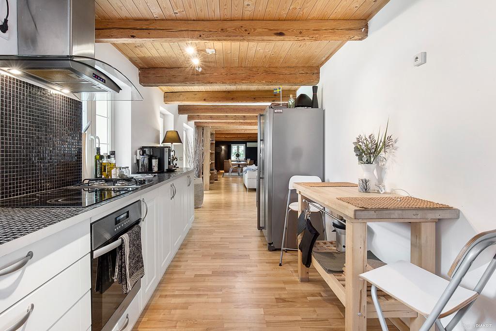 Kök med massor av förvaring och utgång till baksidan och trädäck