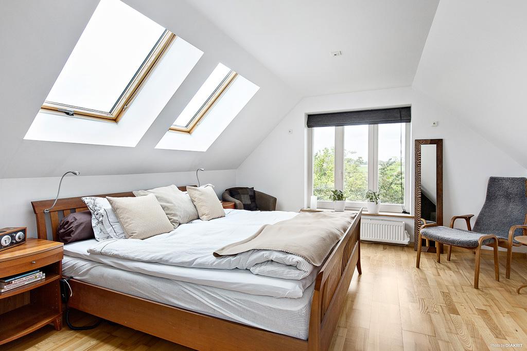 Master bedroom övre plan ovan kök och tvätt.