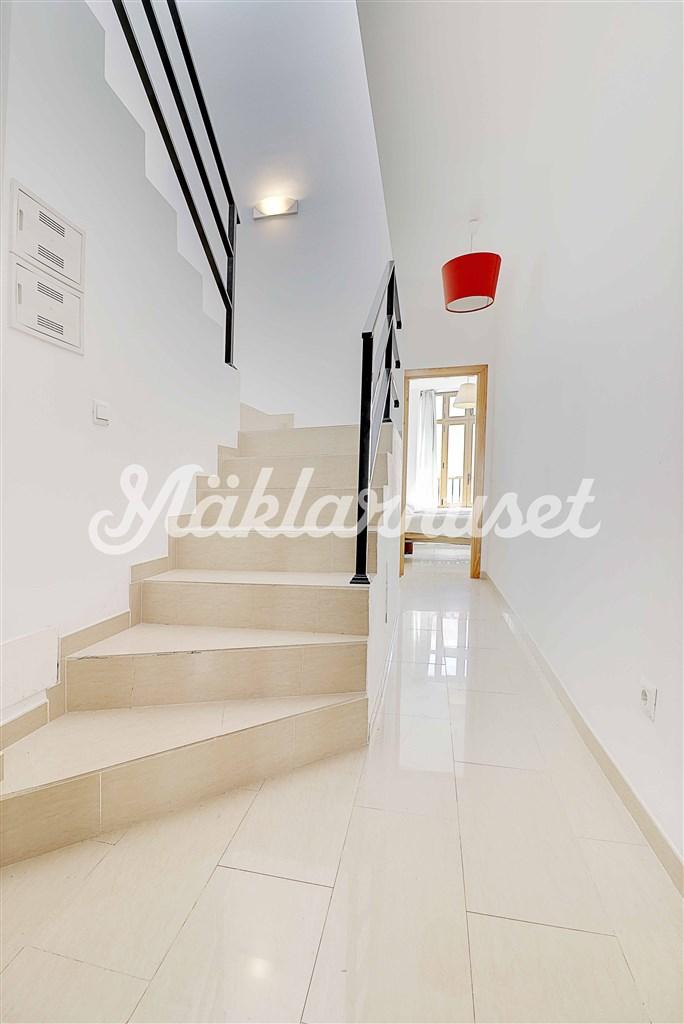 Ljus hall med trapp till övervåningen och takterrassen