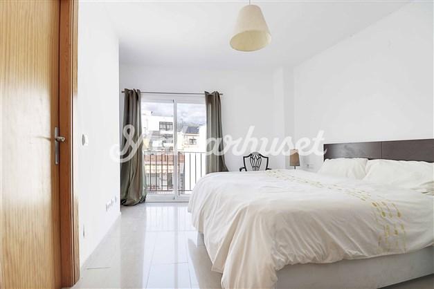 Sovrum 1 med badrum en-suite och liten balkong
