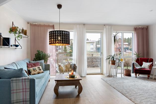 Härligt vardagsrum med stora fönster