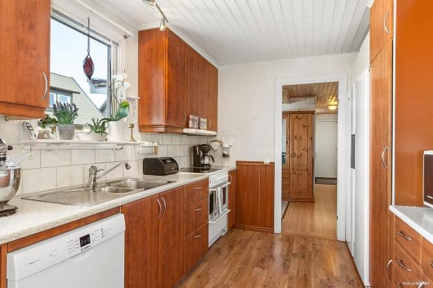 Kök med mycket bänkyta och fin träintrigör. Tapetserade väggar och parkettgolv.