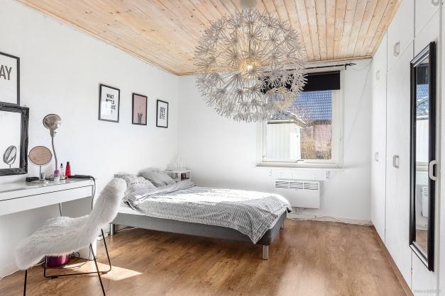 Stort ljust och fräscht sovrum på bottenplan med mycket garderobsutrymme. Målade väggar och fint parkettgolv.