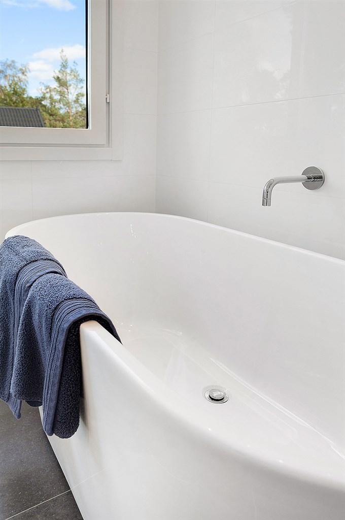 Vattnet till badkaret regleras från duschblandaren