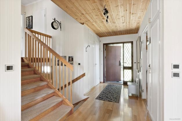 Entréhall med halvtrappa upp till tre sovrum