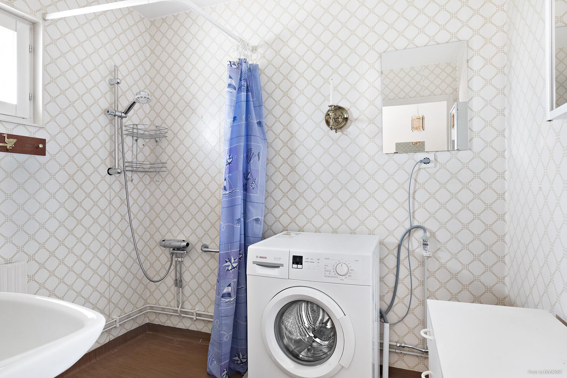 Badrum med tvättmaskin.
