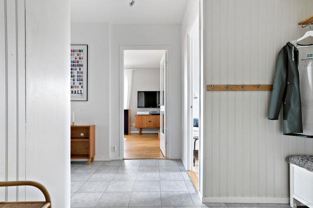 Hall i vinkel mot vardagsrum och sovrum
