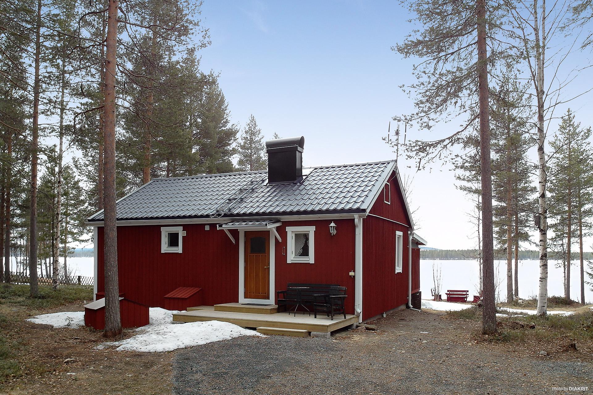 Fritidshus med fint läge vid sjön!